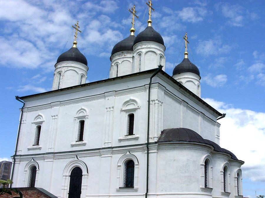 Вид вблизи на Свято-Троицкую церковь фото