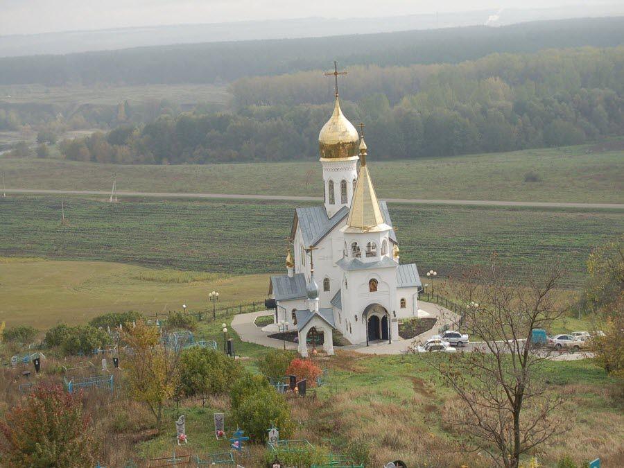 Вид на Свято-Троицкий монастырь осенью фото