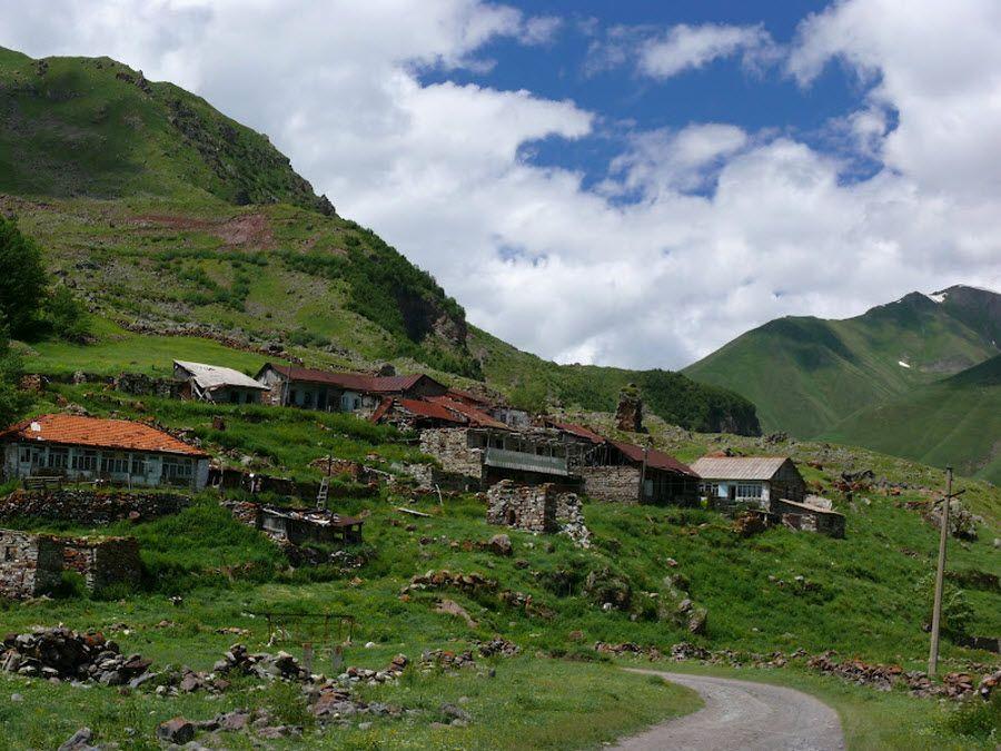 Полузаброшенные дома в долине Трусо фото