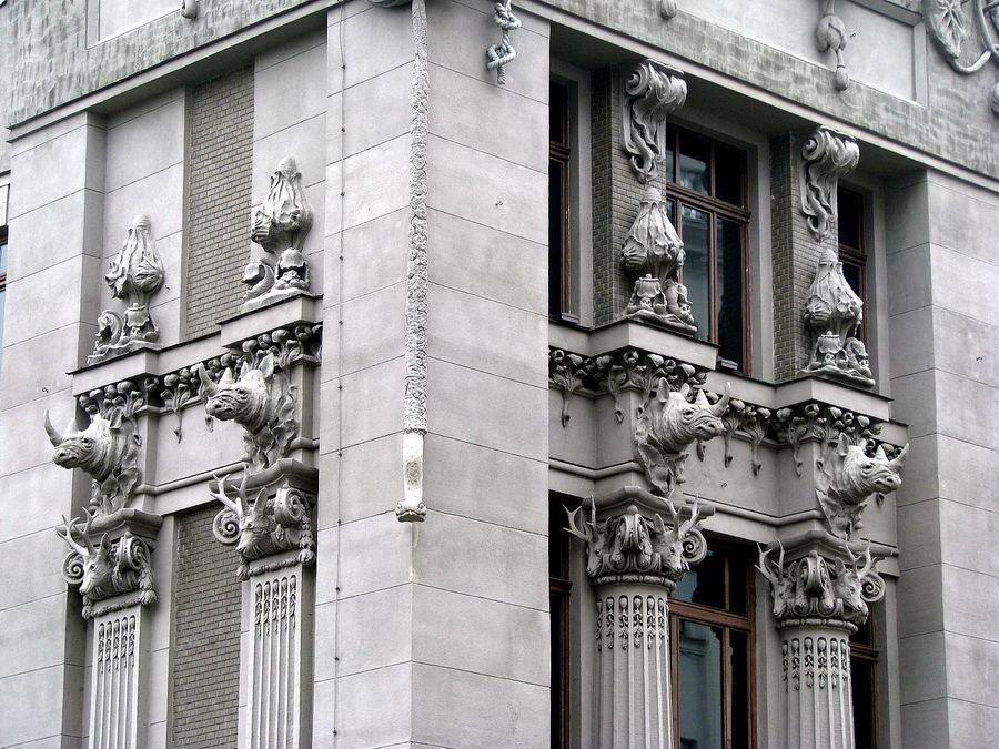 Скульптуры на фасаде и крыше фотографии Дома с Химерами