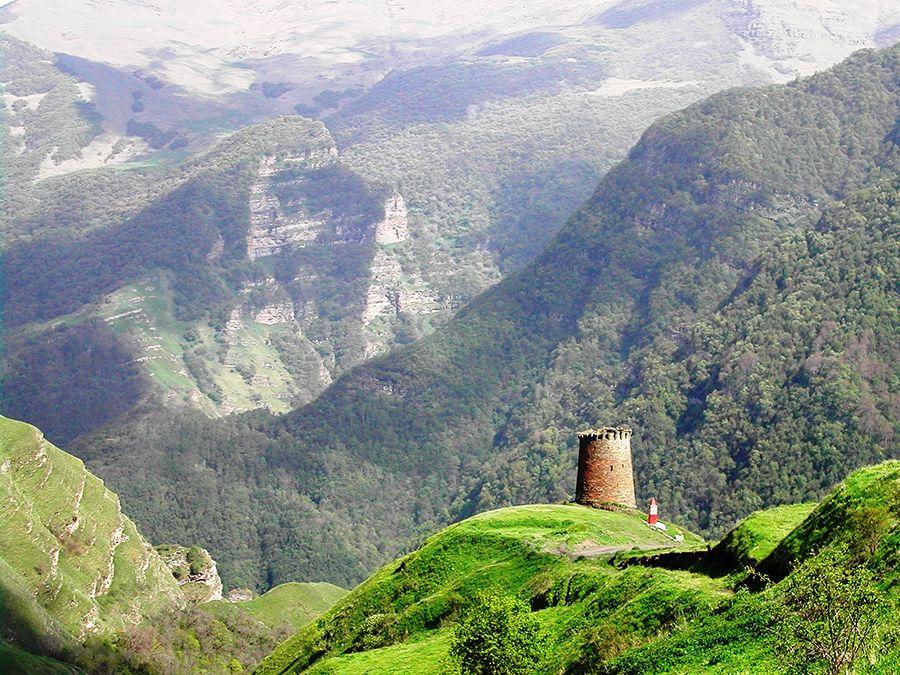Фотография вида на Ицаринскую боевую башню в Дагестане