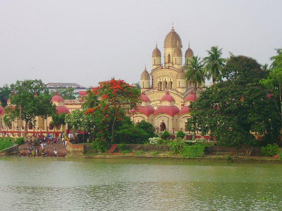 Индийский храм на берегу Ганга фотография