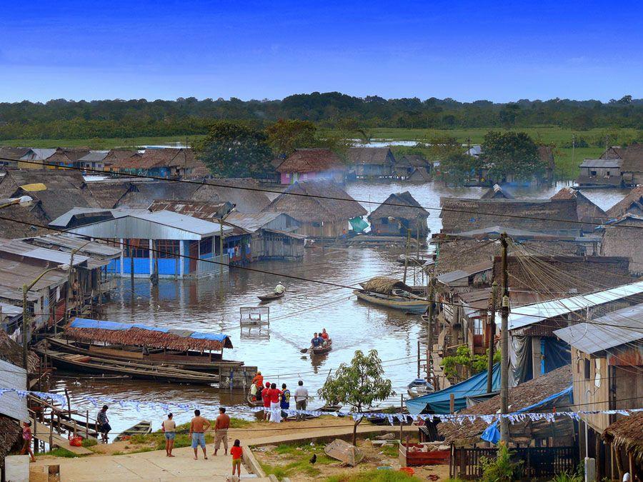 Причал города Икитос в Перу фото