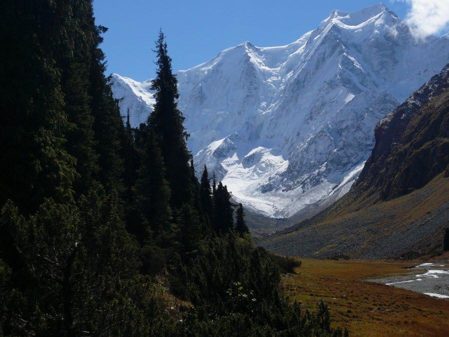 Фото вид на горы с озера Иссык-Куль