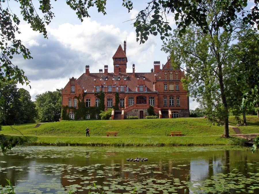 Фото замка Яунмоку в Латвии