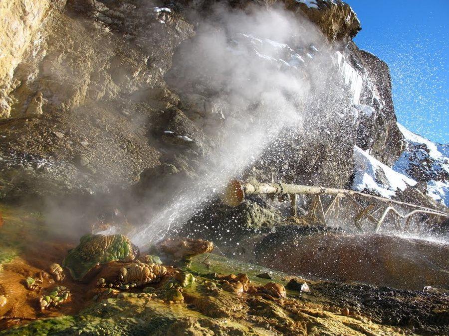 Гейзер с горячей минеральной водой в Джермуке фото Армении