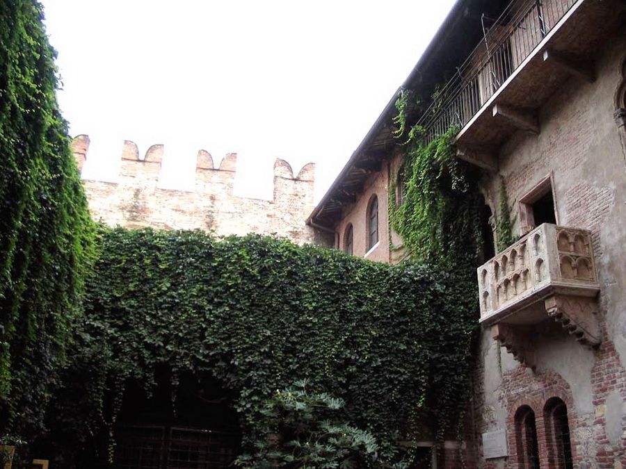 Фото знаменитого балкона в доме Джульетты на улице Капелло в Вероне