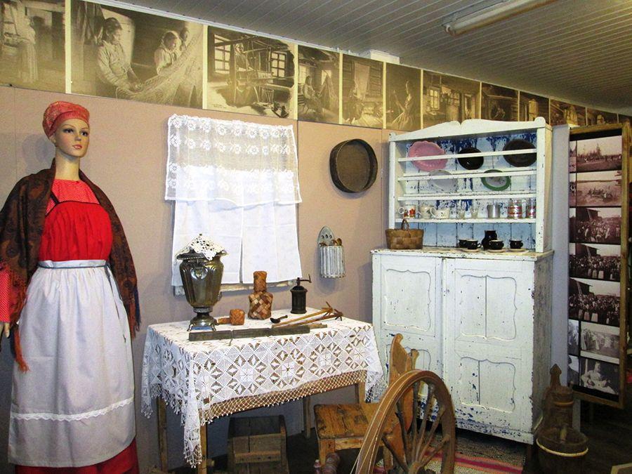 Фотография старинного интерьера избы в деревне Вокнаволок в Карелии