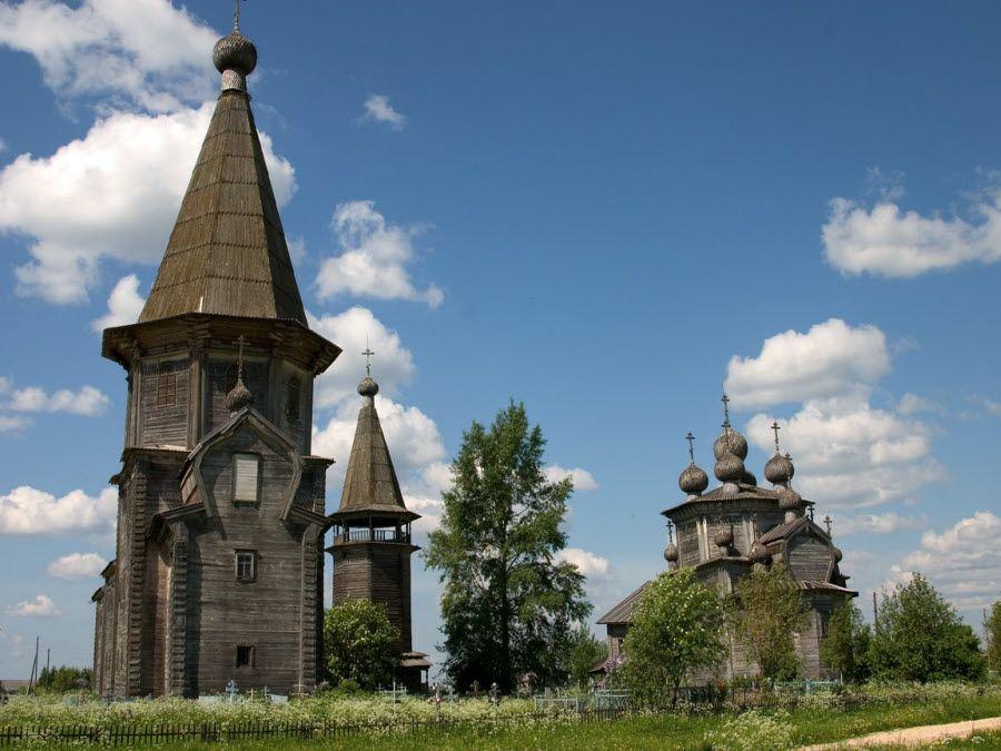 Вид на старинную деревянную церковь в городе Каргополь фото