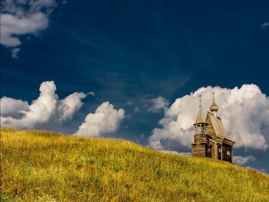 Вид на древнюю церковь Кенозерского парка фото