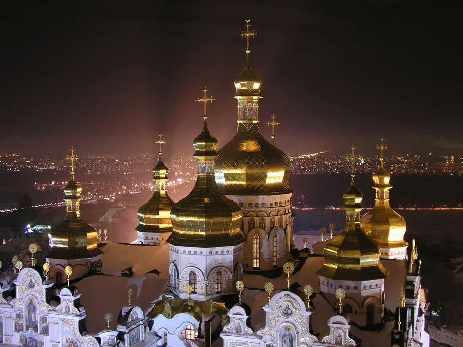 Киево-Печерская Лавра на фоне ночной столицы фотография