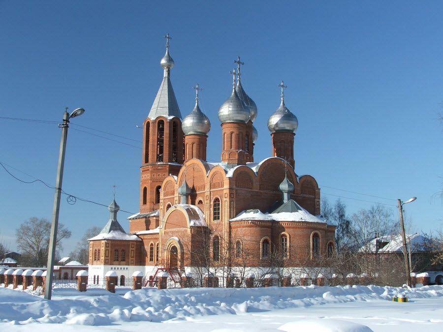 Красивый старинный храм в Кировской области фото