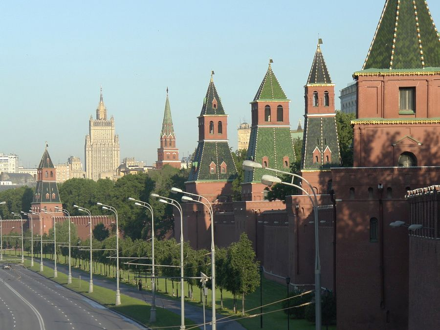Панорама кремлевских стен и башен фото Москвы