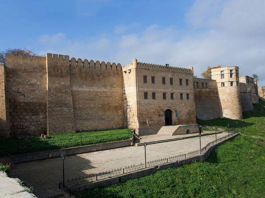Крепость Нарын-Кала фото центрального входа