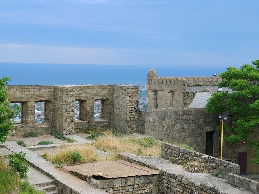 Фотография внутренней территории крепости Нарын-Кала в Дагестане