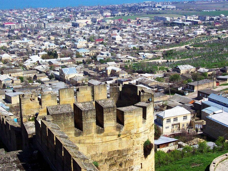 Фотография вида на город со стены крепости Нарын-Кала