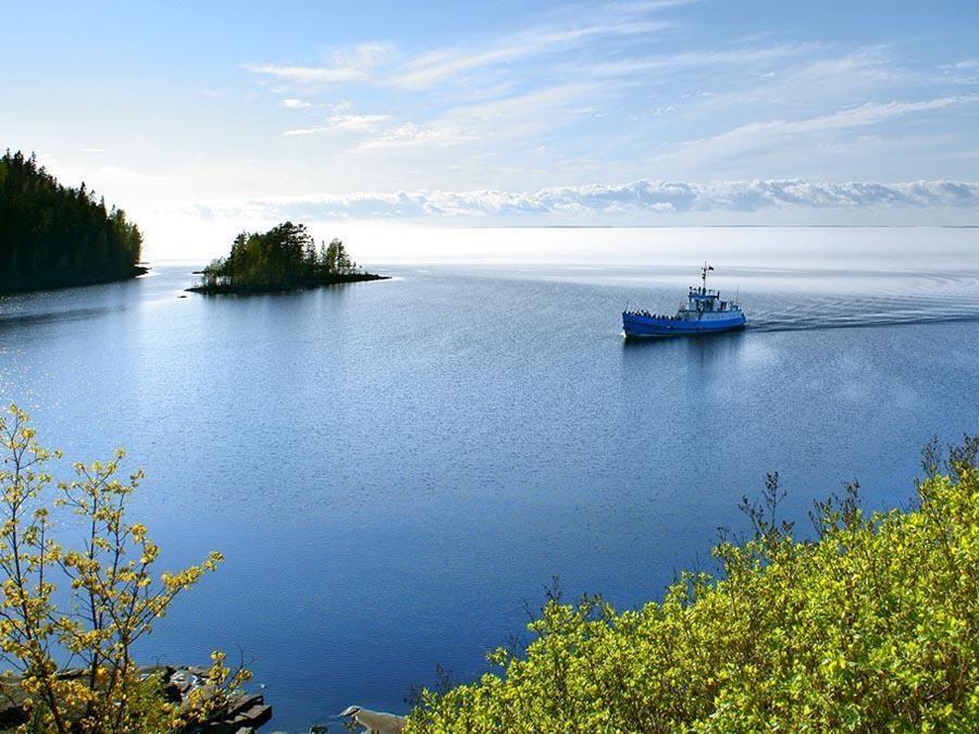 Фотография катера на Ладожском озере