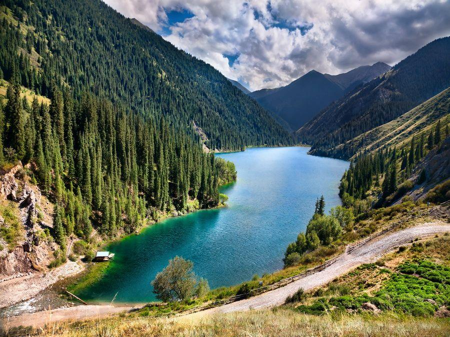 Панорама озера Кольсай в Казахстане фотография