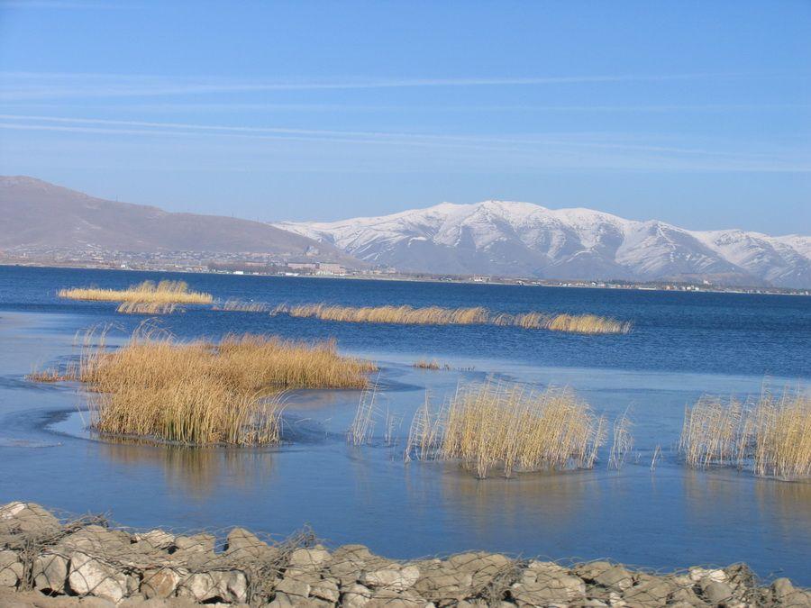 Озеро Севан поздней осенью фотография