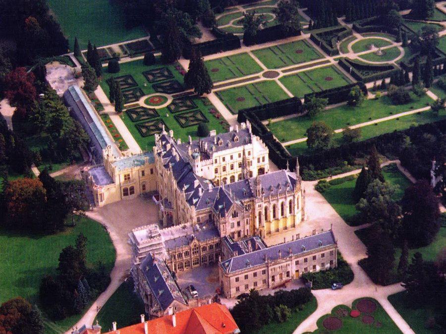 Ледницкий замок с парком в Ледницко-Валтицком комплексе вид с высоты фото