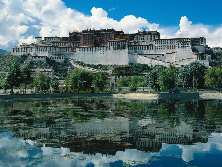Чарующее отражение Лхасы в горном озере Тибета фотография
