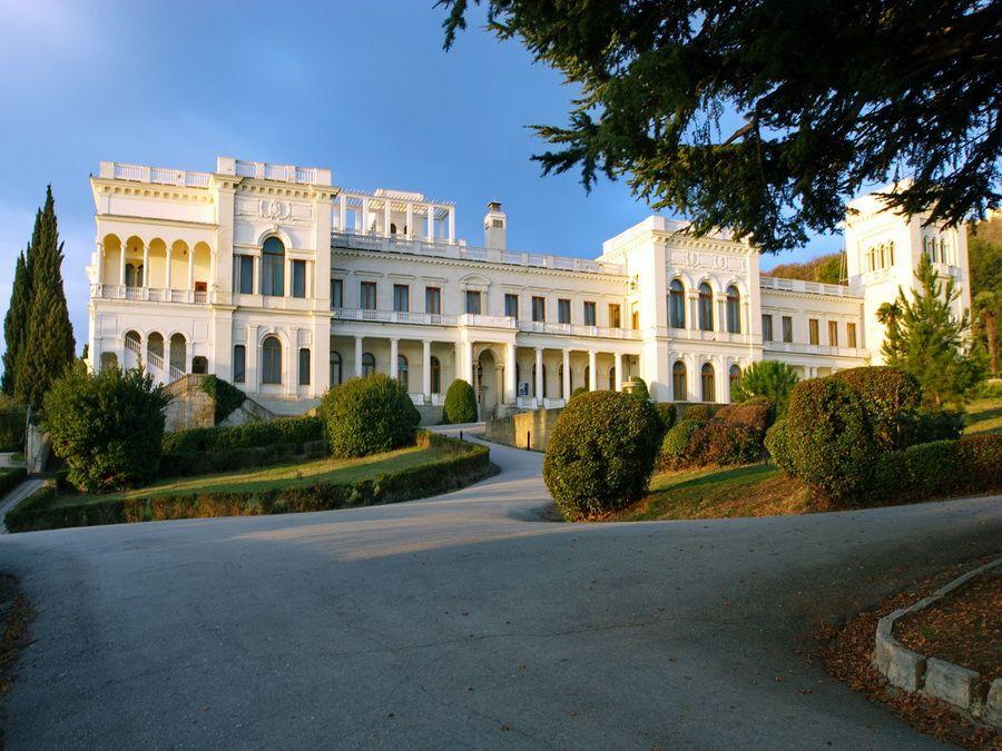 Фото Ливадийского дворца на закате