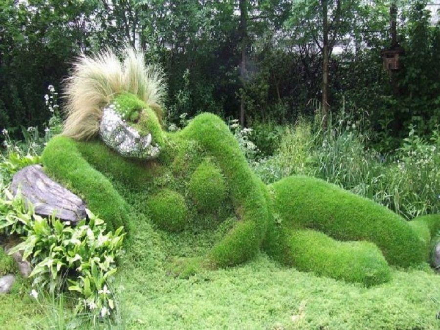 Фото скульптуры «Спящая девушка» в садах Хелигана в Англии