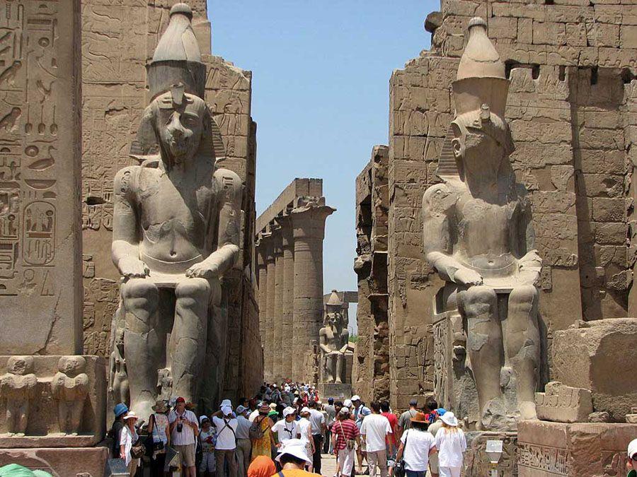 Вход в храм в городе Луксор фото
