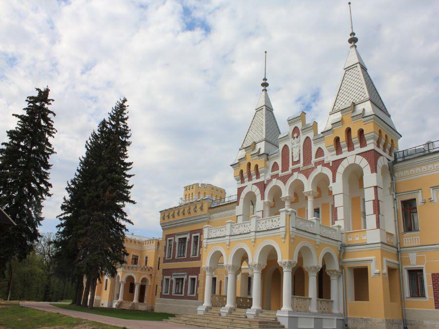 Фото главного дворца усадьбы фон Дервиза