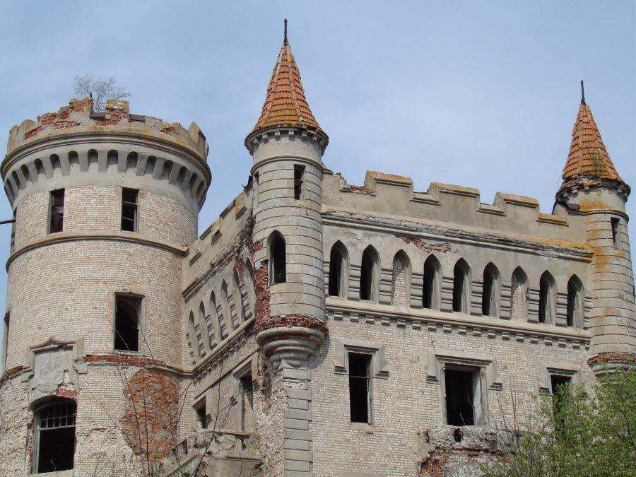 Фото замка на территории усадьбы Храповицкого