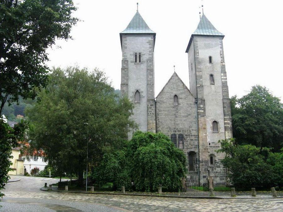 Церковь Святой Девы Марии (Мариакиркен) в Бергене фотография