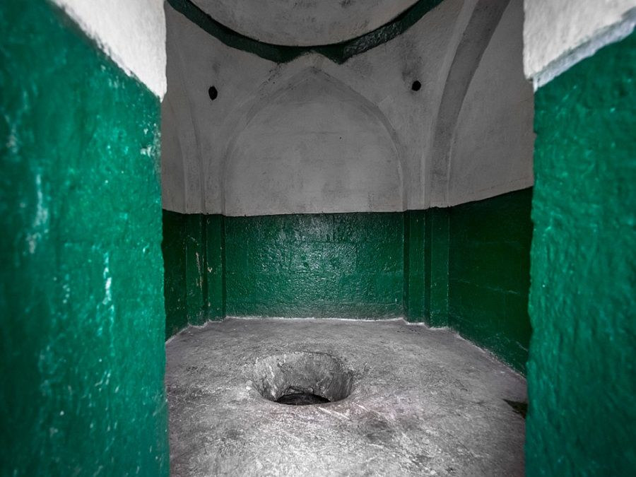 Фотография лаза в подземную часть мавзолея Борга-Каш