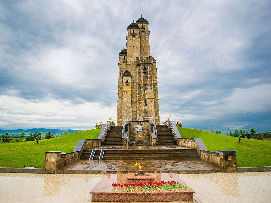 Фотография башен Мемориального комплекса жертвам репрессий в Ингушетии