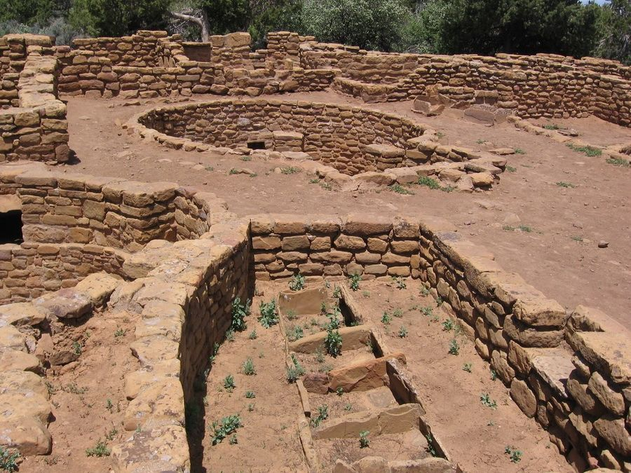 Фото остатков древних индейских построек в парке Меса Верде в Америке