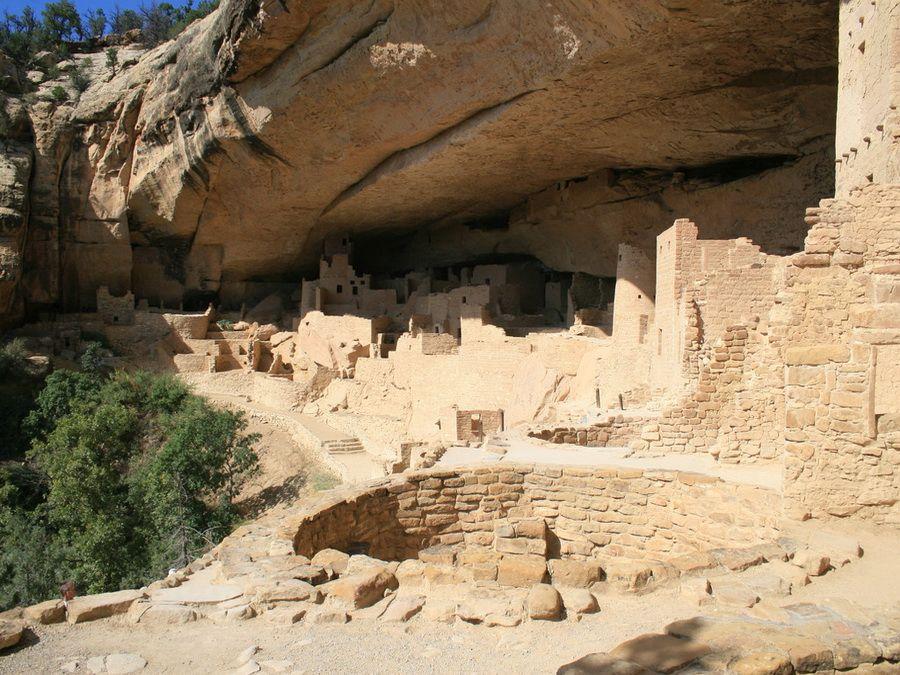 Фотография древнего поселения индейцев анасази в историческом парке Меса Верде в Колорадо