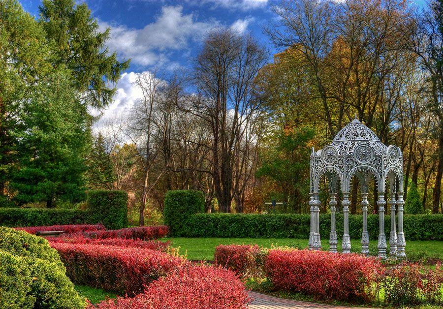Фото ажурной беседки в Национальном ботаническом саду в Беларуси