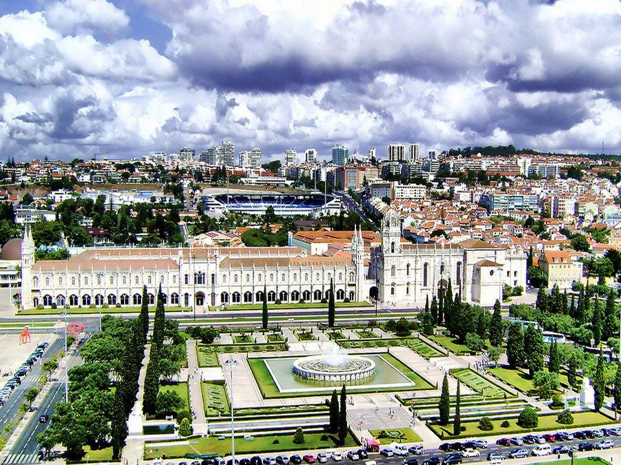 Фото панорамы монастыря Жеронимуш и церкви Санта-Мария-де-Белен в Лиссабоне