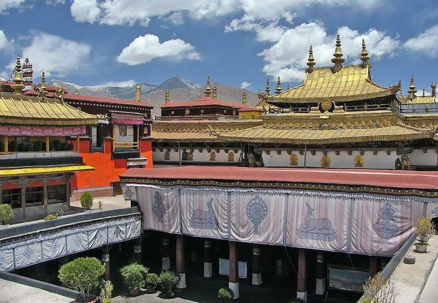 Фото красивого вида пагод монастыря Йокханг на фоне тибетских гор