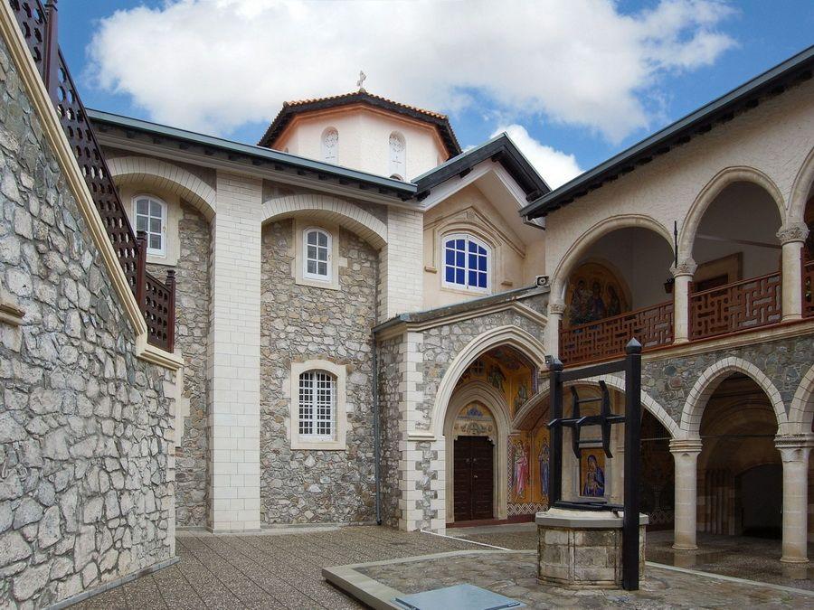 Фотография двора монастыря Киккос в горах Тродос на Кипре