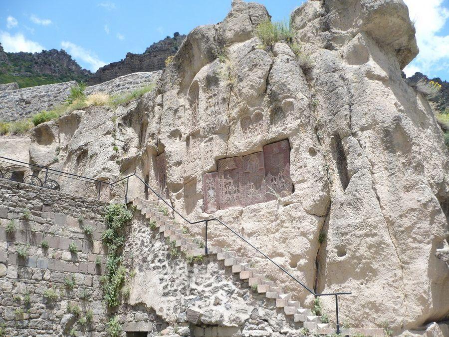 Скальные ступени в монастыре Гехард фото Армении