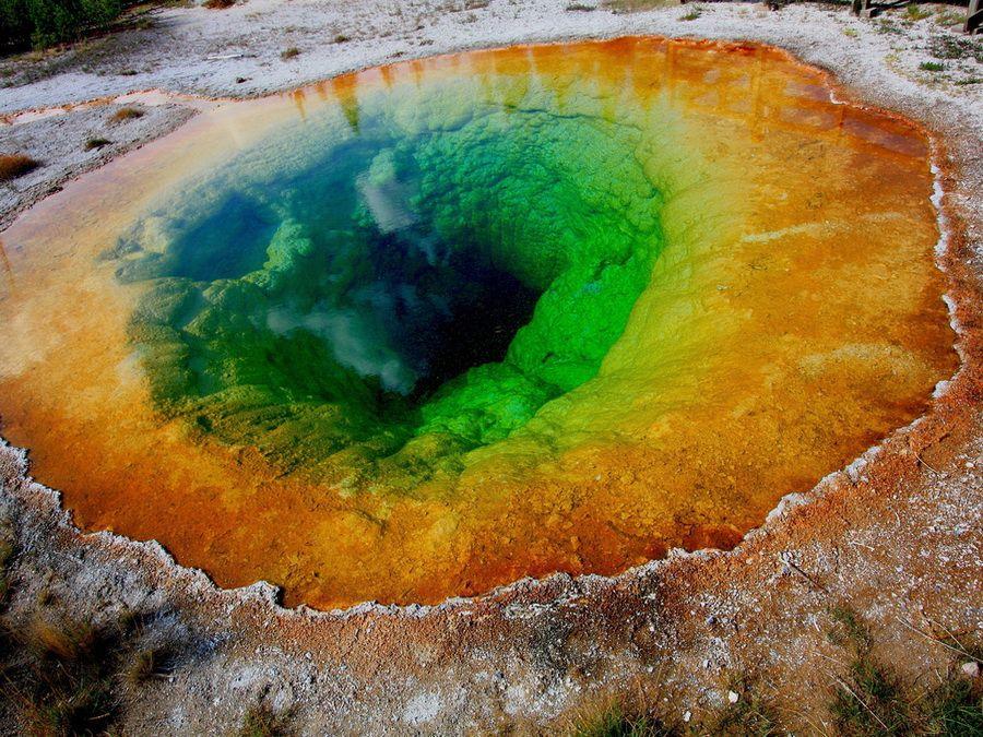 Фото минерального источника Озеро Утренней славы в Йеллоустоуне США