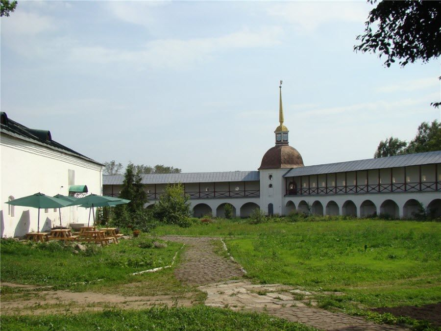 Фото вид на Тихвинский монастырь внутри