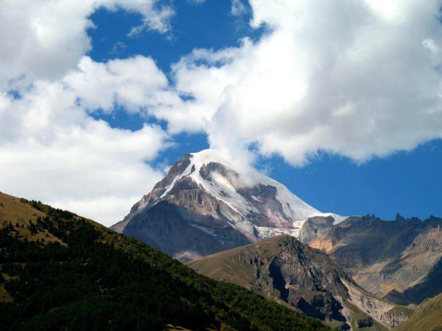 Фото заснеженного пика горы Казбеги в Грузии