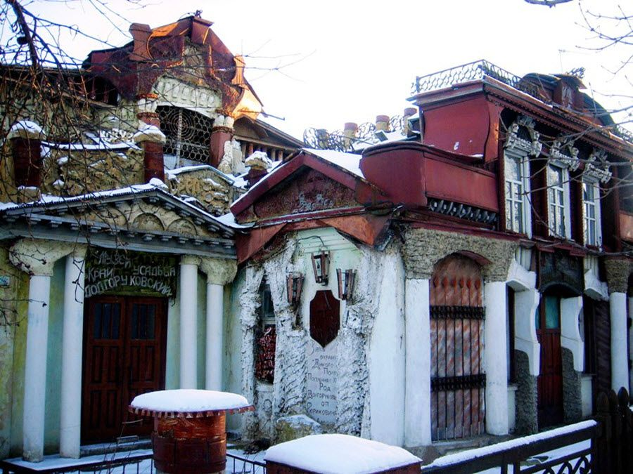 Фото вид вблизи на музей-усадьбу Долгорукова