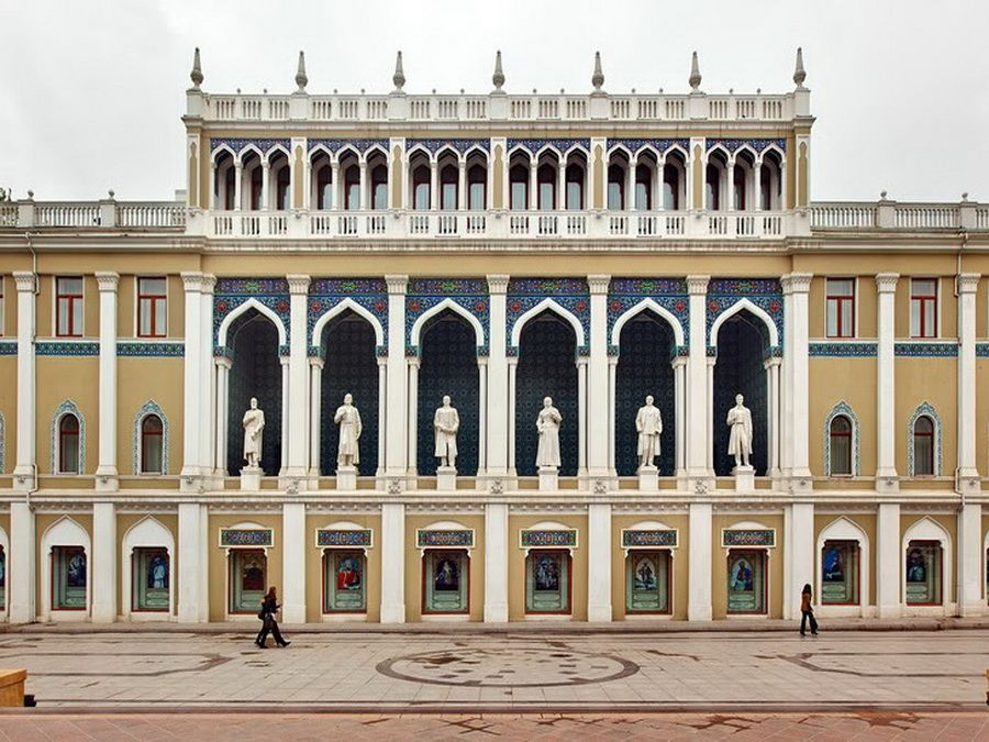 Фото бывшего караван-сарая, литературного музея им. Низами на площади Фонтанов в Баку