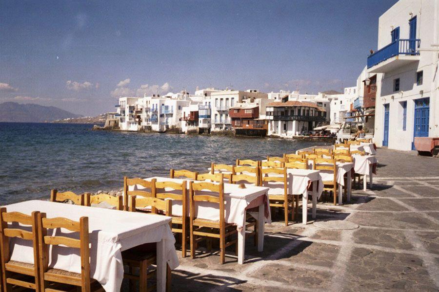 Ресторан на берегу острова Миконос фотография