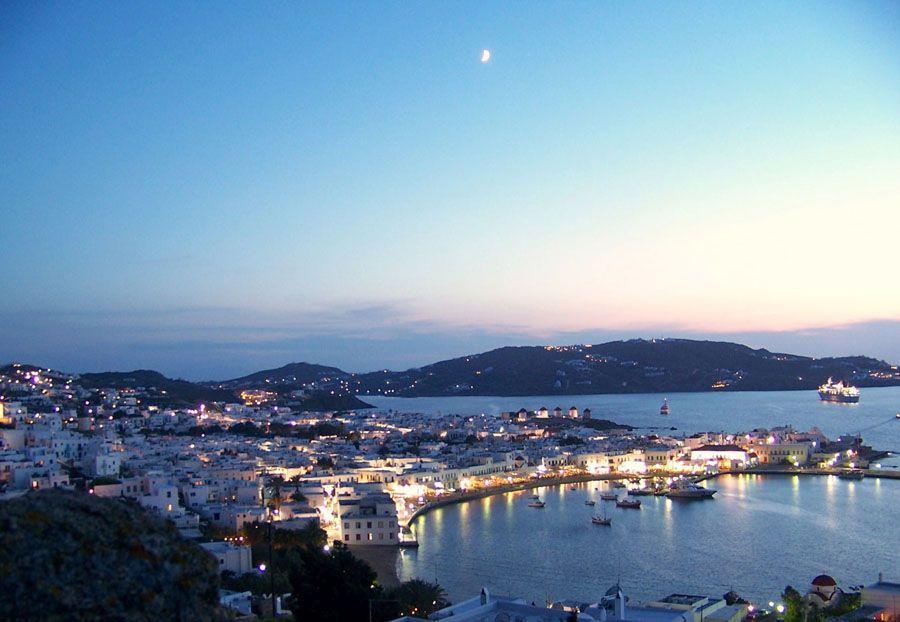 Остров Миконос в вечернее время фотография