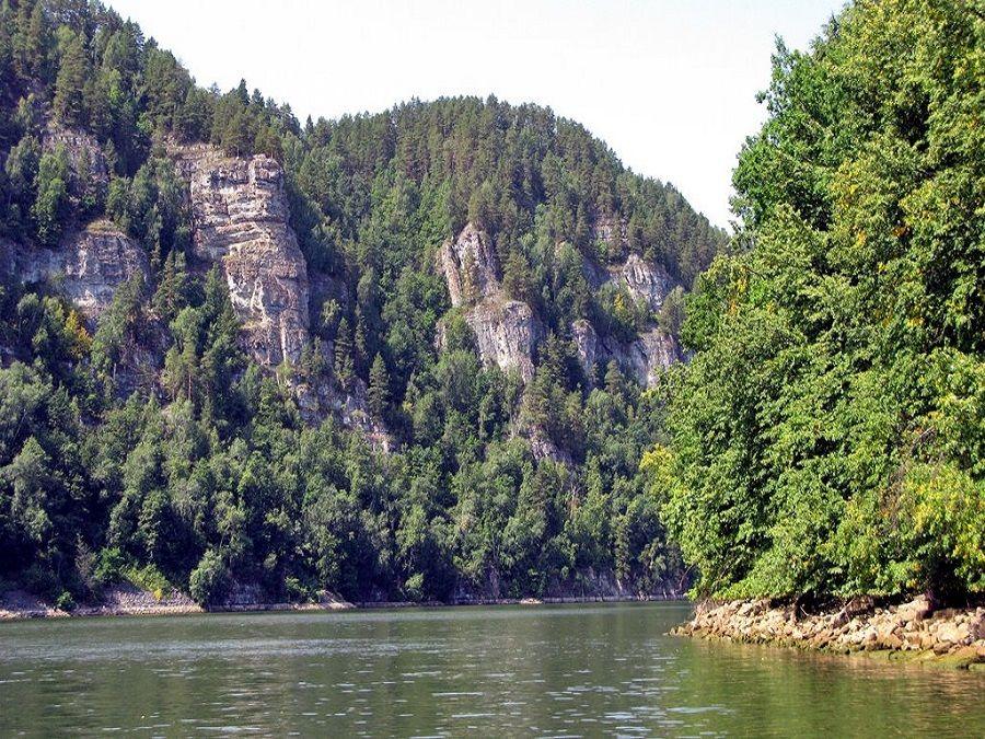 Фотография скалистого берега в Национальном парке Башкирия