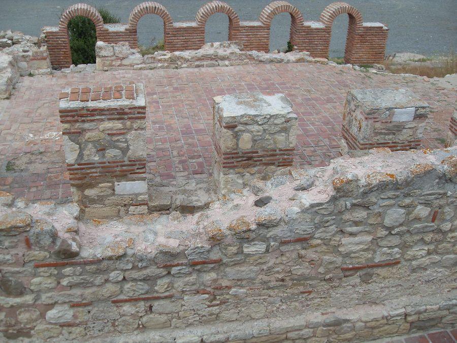 Фотографии развалин древнего порта в Несебре