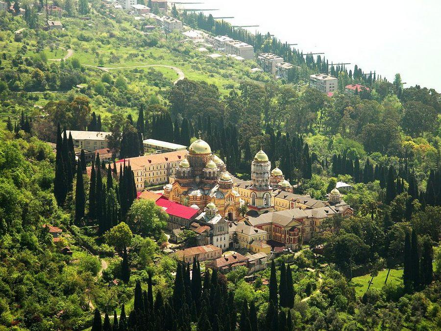 Панорама Нового Афона в Абхазии фотография